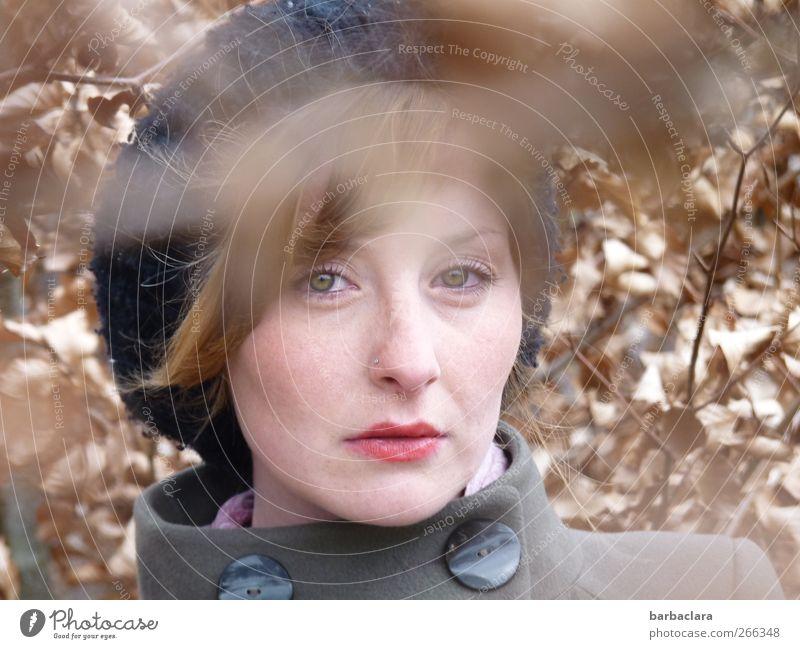 April Junge Frau Jugendliche Erwachsene 1 Mensch 18-30 Jahre Natur Sträucher Blatt Jacke Mütze Blick stehen blond hell schön feminin braun grau schwarz Stimmung
