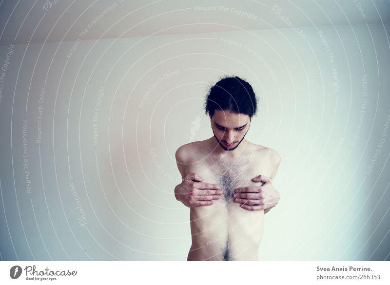 Realität geschaffen durch Wahrnehmung. maskulin Junger Mann Jugendliche Körper Haut Arme Finger Bauch 1 Mensch 18-30 Jahre Erwachsene Mauer Wand schwarzhaarig