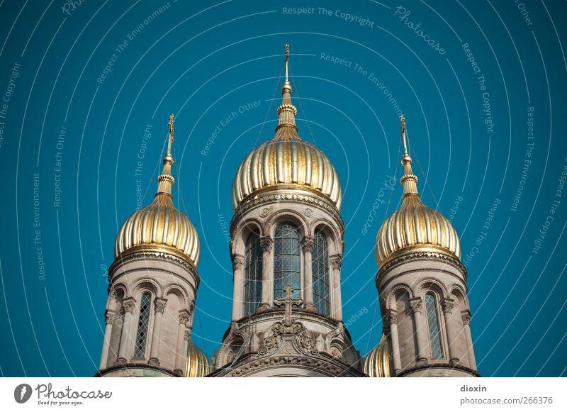 Goldene Türme Wiesbaden Stadt Menschenleer Kirche Turm Bauwerk Gebäude Architektur Fenster Dach Turmspitze Sehenswürdigkeit Wahrzeichen leuchten glänzend blau