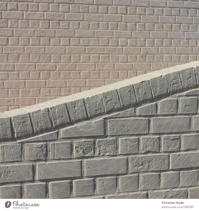 Im Verbund Stadt Menschenleer Haus Bauwerk Gebäude Architektur Mauer Wand Fassade grau rosa weiß Backstein Stein diagonal Mäuerchen Quadrat Grenze