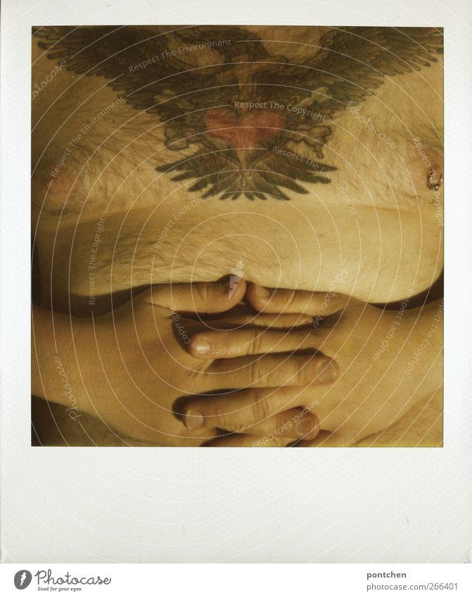 Polaroid. Tätowierte, behaarte Brust eines korpulenten Mannes, der seine Hände über dem Bauch verschränkt. Urlaub, Baden, freibad maskulin Erwachsene Körper