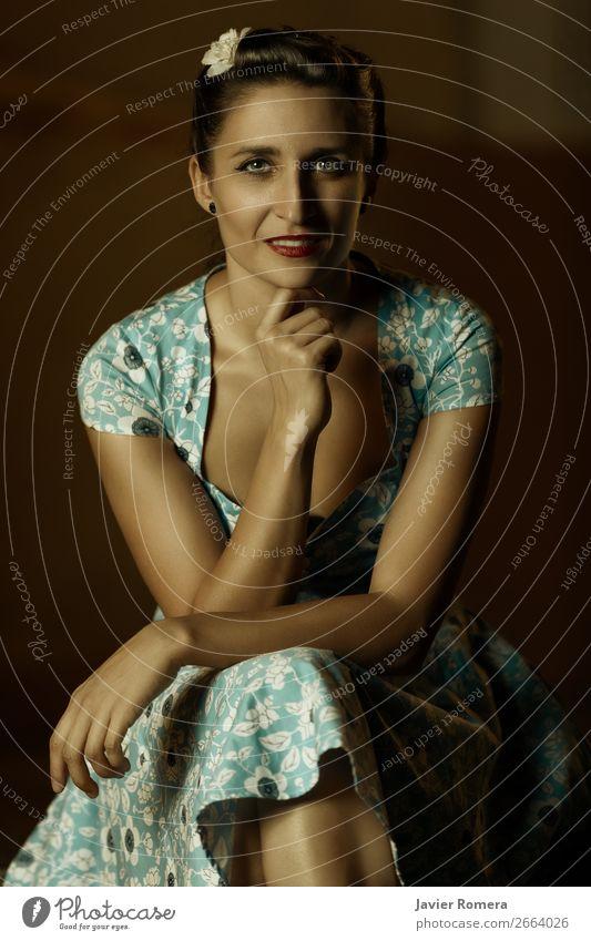 Spanische Frau in blau gekleidet, lächelnd vor der Kamera. Lifestyle elegant Stil exotisch schön Haare & Frisuren Haut Gesicht Schminke Lippenstift Erholung