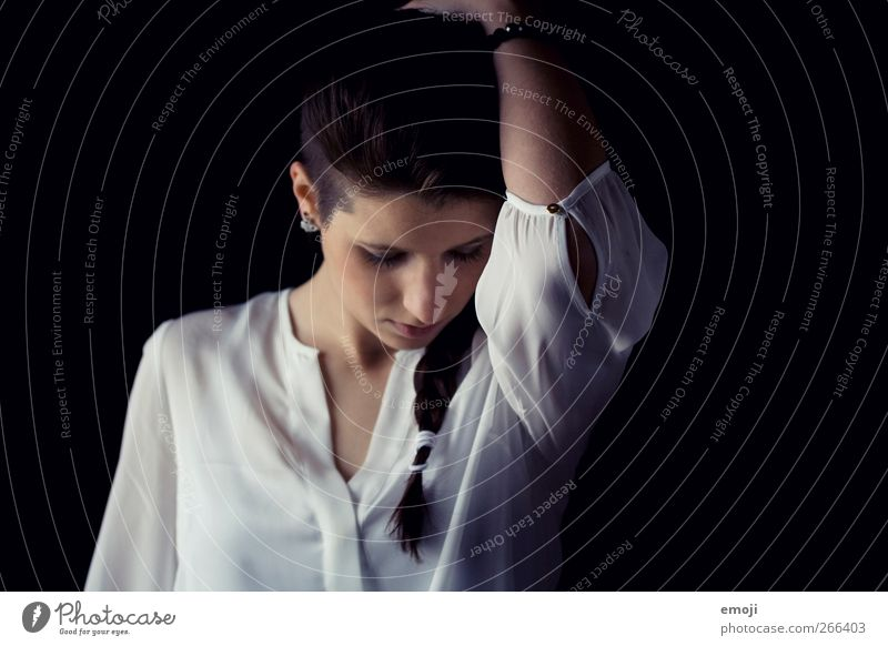 1ooo | good news feminin Junge Frau Jugendliche Mensch 18-30 Jahre Erwachsene Haare & Frisuren Zopf dunkel schön einzigartig Bluse nachdenklich Farbfoto
