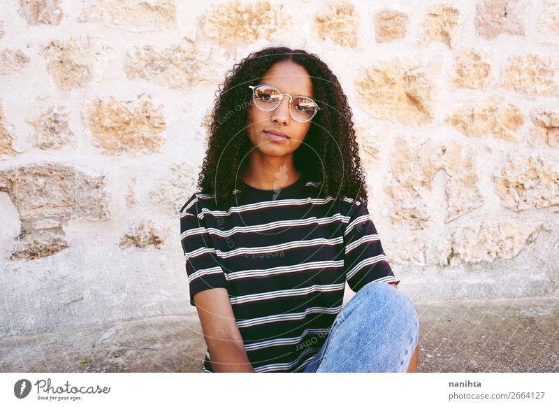 Ein Porträt einer ernsthaften jungen streberischen Frau. Lifestyle Stil schön Haare & Frisuren ruhig Bildung Student Mensch feminin Junge Frau Jugendliche