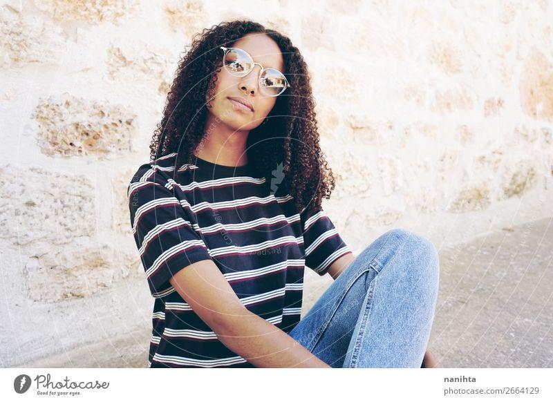Frau Mensch Jugendliche Junge Frau schön ruhig schwarz 18-30 Jahre Lifestyle Erwachsene feminin Stil Haare & Frisuren frisch sitzen Kultur