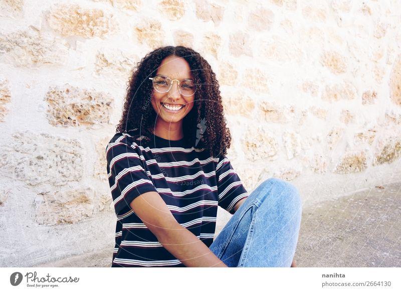 Ein Porträt einer glücklich lächelnden jungen Frau. Lifestyle Stil Glück schön Haare & Frisuren ruhig Schüler Mensch feminin Junge Frau Jugendliche Erwachsene 1