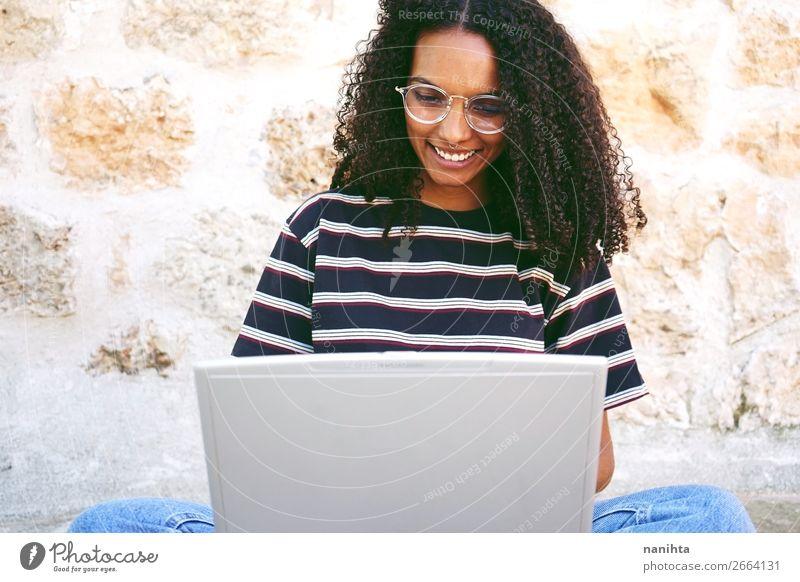 lächelnde junge Frau, die mit ihrem Laptop arbeitet. Lifestyle Stil Glück schön Haare & Frisuren ruhig Bildung Erwachsenenbildung lernen Schüler