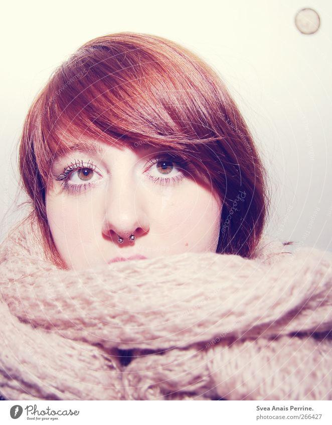 honig und mandel. feminin Junge Frau Jugendliche Kopf Haare & Frisuren Gesicht Nase 1 Mensch 18-30 Jahre Erwachsene Mauer Wand Schal Wolle Piercing septum