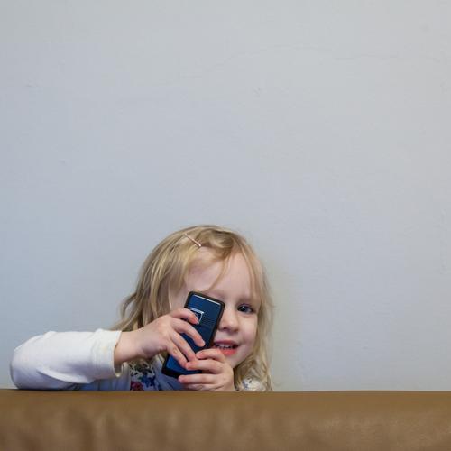 kuck ma! Innenarchitektur Raum Telefon Handy Fotokamera feminin Kind Kleinkind Mädchen 1 Mensch 3-8 Jahre Kindheit wählen berühren entdecken Kommunizieren