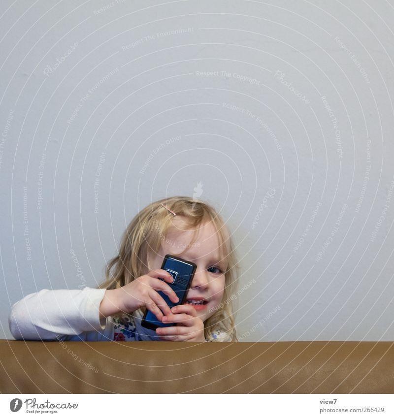 kuck ma! Mensch Kind Mädchen Freude feminin Leben Glück Innenarchitektur Raum Kindheit Beginn Fröhlichkeit Häusliches Leben Telefon Kommunizieren berühren