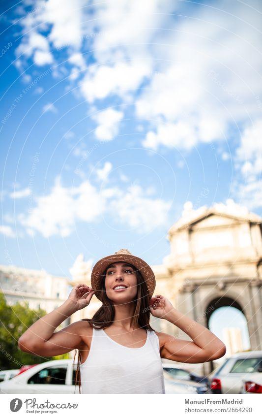 junge touristin an der puerta alcala madrid Lifestyle Glück schön Ferien & Urlaub & Reisen Tourismus Sommer Mensch Frau Erwachsene Straße Mode Hut Lächeln