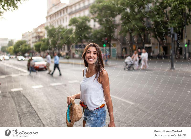 junge fröhliche Frau auf der Straße Lifestyle Glück schön Ferien & Urlaub & Reisen Tourismus Sommer Mensch Erwachsene Mode Hut Lächeln ästhetisch authentisch