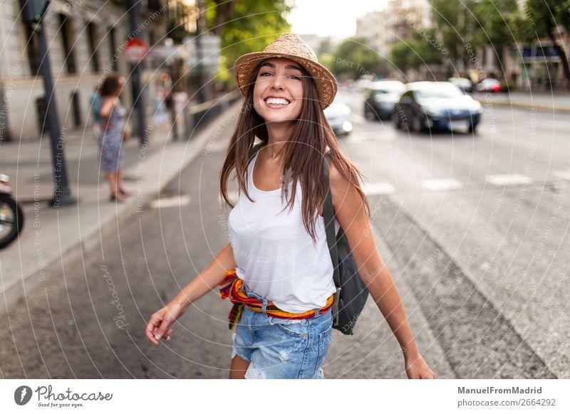 junge fröhliche Frau auf der Straße Lifestyle Glück schön Ferien & Urlaub & Reisen Tourismus Sommer Mensch Erwachsene Mode Hut Lächeln Stimmung Freude