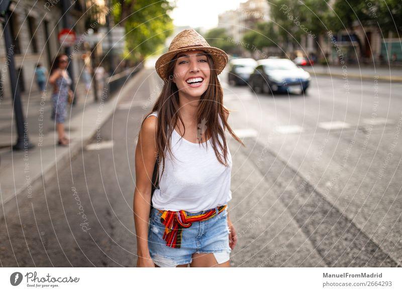 junge fröhliche Frau auf der Straße Lifestyle Glück schön Ferien & Urlaub & Reisen Tourismus Sommer Mensch Erwachsene Mode Hut Lächeln authentisch hell Freude