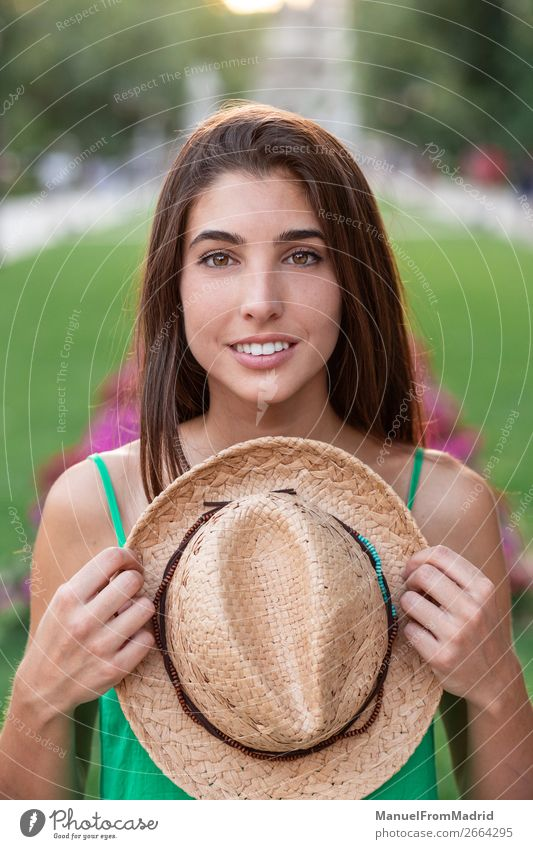 Porträt einer jungen glücklichen Frau im Park Lifestyle Glück schön Ferien & Urlaub & Reisen Tourismus Sommer Mensch Erwachsene Natur Straße Mode Hut Lächeln