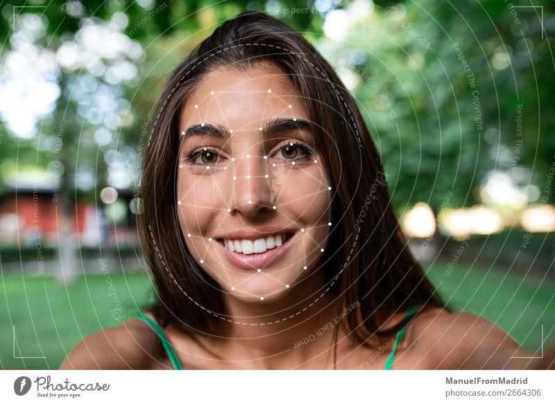 Frau Mensch schön Gesicht Erwachsene Technik & Technologie Lächeln Computer Zukunft Information Fotokamera Medikament Wissenschaften digital Geborgenheit