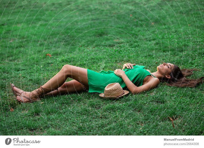 Frau Mensch Natur Sommer schön grün Lifestyle Erwachsene natürlich Wiese Glück Gras Textfreiraum oben Freizeit & Hobby Park
