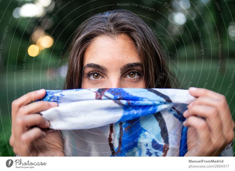 Frau, die ihr Gesicht verbirgt. elegant schön Mensch Erwachsene Mode Bekleidung Stoff Schal authentisch Freundlichkeit natürlich blau weiß Verschwiegenheit