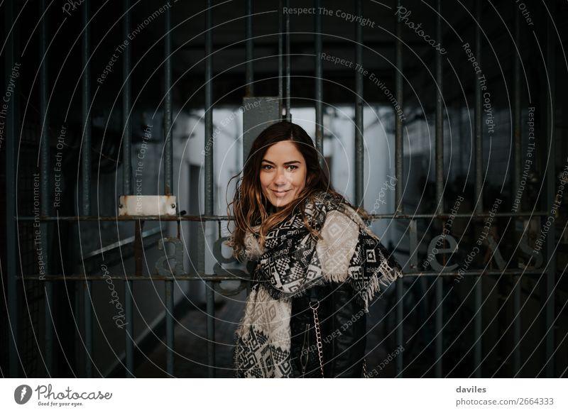 Frau Mensch Jugendliche Junge Frau Stadt Winter Gesicht Straße Lifestyle Erwachsene Leben feminin Glück Stil Gebäude Mode