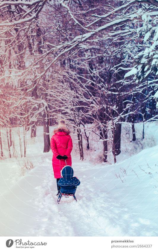 Mutter und ihre Tochter verbringen Zeit im Winter. Lifestyle Freude Glück Schnee Winterurlaub Mensch Kind Kleinkind Mädchen Junge Frau Jugendliche Erwachsene