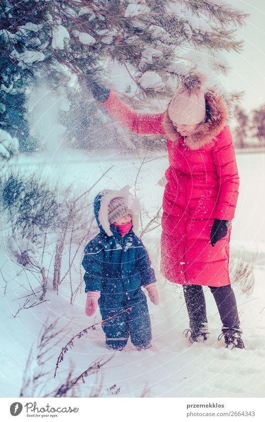 Mutter und ihre kleine Tochter genießen den Winter Lifestyle Freude Glück Schnee Winterurlaub Mensch Kind Kleinkind Mädchen Junge Frau Jugendliche Erwachsene