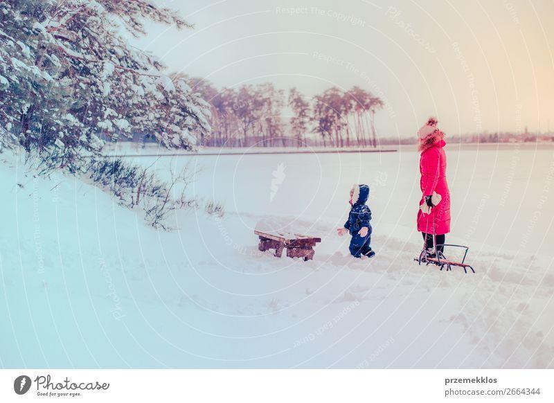 Mutter und ihre Tochter gehen im Winter im Freien spazieren. Lifestyle Freude Glück Schnee Winterurlaub Mensch Kind Kleinkind Mädchen Junge Frau Jugendliche