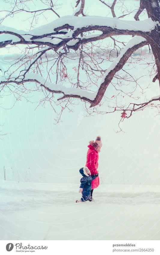 Mutter und Tochter verbringen im Winter Zeit im Freien. Lifestyle Freude Glück Schnee Winterurlaub Mensch Kind Kleinkind Mädchen Junge Frau Jugendliche