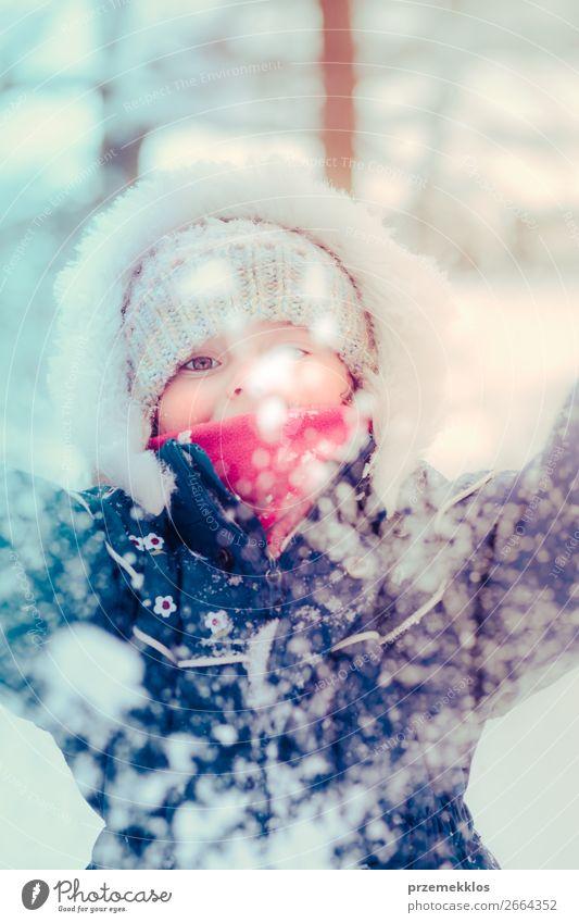 Kleines Mädchen genießt den Schnee an einem kalten, winterlichen Tag. Lifestyle Freude Glück Winter Winterurlaub Kind Kleinkind Kindheit 1 Mensch 3-8 Jahre