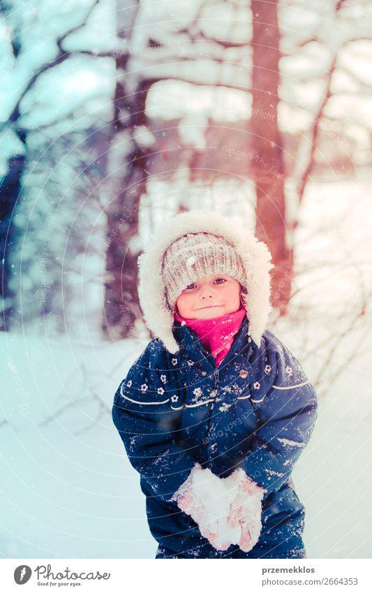 Kleines Mädchen genießt den Schnee an einem kalten, winterlichen Tag. Lifestyle Freude Glück Winter Winterurlaub Mensch Kind Kleinkind Kindheit 1 3-8 Jahre