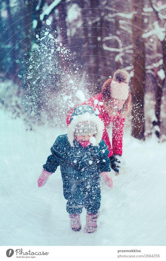 Mutter spielt mit ihrer kleinen Tochter im Winter im Freien. Lifestyle Freude Glück Schnee Winterurlaub Mensch Kind Kleinkind Mädchen Junge Frau Jugendliche