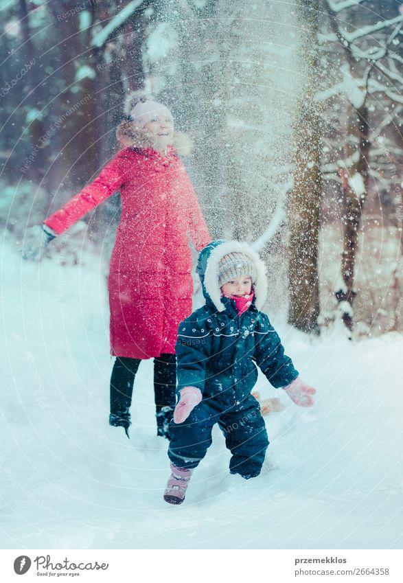 Frau Kind Mensch Natur Jugendliche Junge Frau weiß Freude Wald Winter Mädchen Lifestyle Erwachsene kalt lustig Schnee