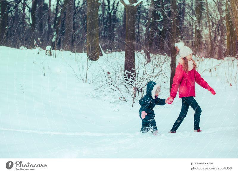 Kind Mensch Natur Jugendliche Junge Frau weiß Freude Wald Winter Mädchen Lifestyle kalt Schnee Familie & Verwandtschaft Glück Zusammensein