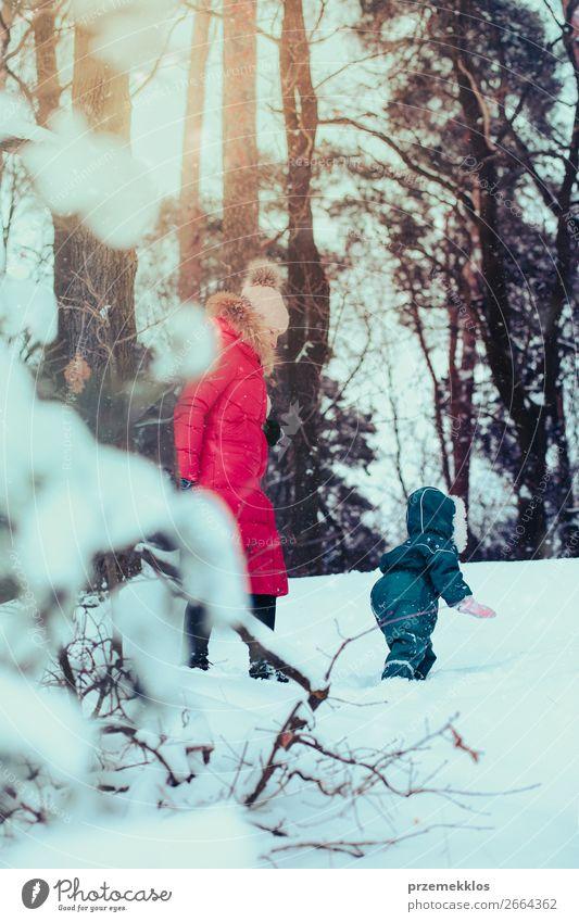 Frau Kind Mensch Natur Jugendliche Junge Frau weiß Freude Wald Winter Mädchen Lifestyle Erwachsene Schnee Familie & Verwandtschaft Glück