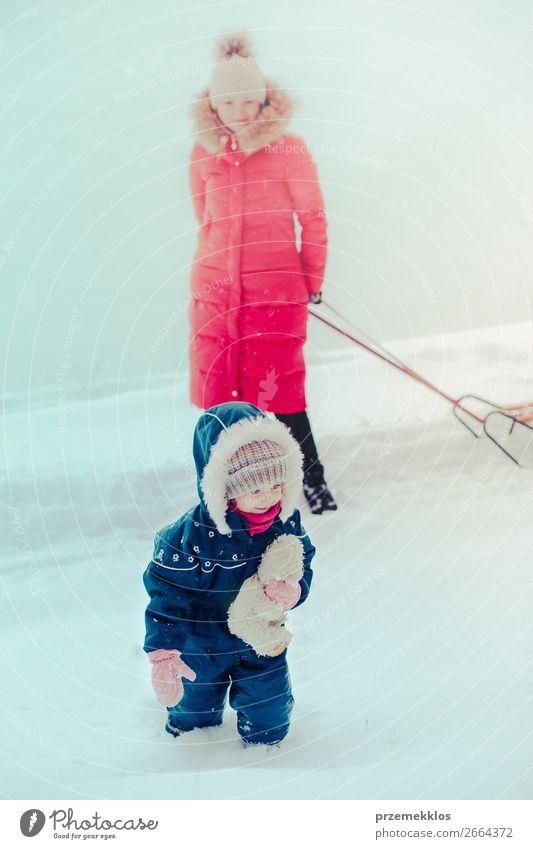 Familie, die Zeit miteinander verbringt, um im Winter im Freien spazieren zu gehen. Lifestyle Freude Glück Schnee Winterurlaub Mensch Kind Kleinkind Mädchen