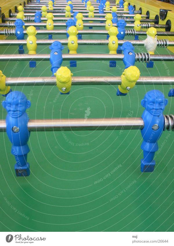 Tisch-EM? grün gelb Tischfußball Weltmeisterschaft Fototechnik blau Zentralperspektive blau-gelb Stab viele Reihe nebeneinander hintereinander Farbfoto