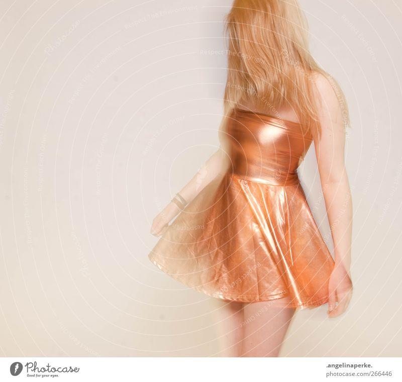 goldmarie Bewegung Tanzen blond Kleid Bekleidung