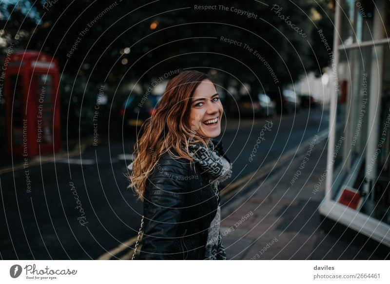 Großes Lächeln Mädchen in London Lifestyle Stil Freude Leben Tourismus Städtereise Fotokamera Mensch feminin Junge Frau Jugendliche Erwachsene 1 30-45 Jahre