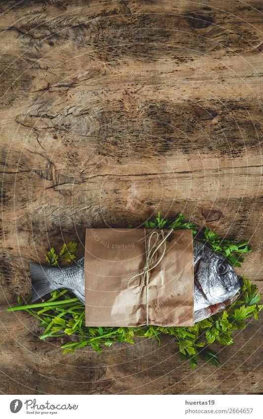 Roher goldener Fisch im Papier Lebensmittel Meeresfrüchte Ernährung Mittagessen Abendessen Büffet Brunch Festessen Diät Gesunde Ernährung frisch lecker