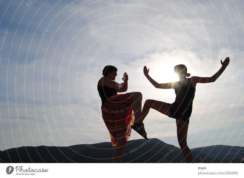 Schattentheater Mensch Himmel Jugendliche Sonne Sommer Wolken Erwachsene feminin Sport Berge u. Gebirge Horizont Gesundheit Kraft Abenteuer Erfolg Junge Frau