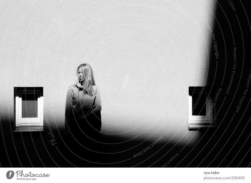 im lichtschatten Mensch Jugendliche weiß Einsamkeit schwarz Erwachsene dunkel feminin Wand Gebäude Autofenster blond Junge Frau stehen 18-30 Jahre langhaarig