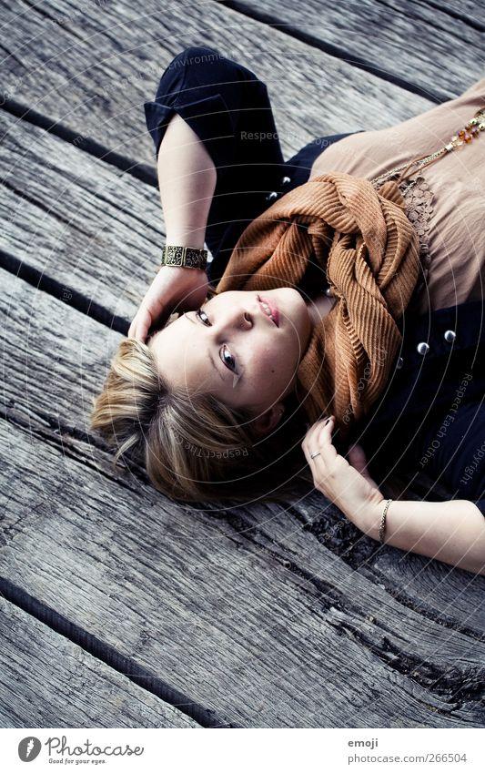 schön. feminin Junge Frau Jugendliche 1 Mensch 18-30 Jahre Erwachsene Mode liegen Farbfoto Außenaufnahme Textfreiraum unten Tag Porträt Blick