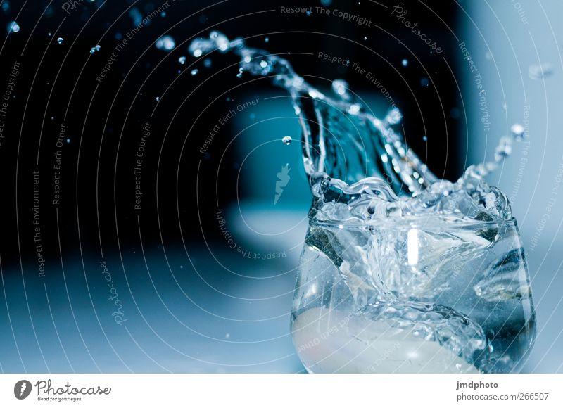 Splash Ernährung Getränk Trinkwasser Glas frisch blau schwarz spritzen spritzig Wassertropfen Wasserglas Wasserspritzer Überschwemmung überschwappen voll