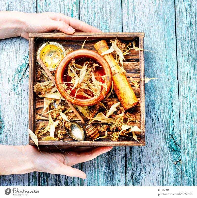 Trockenes Lindenblatt Kraut Hände Pflanze Kasten medizinisch Tee Gesundheit Blatt alternativ Minenwerfer Stössel Homöopathie Heilung Therapie geblümt Getränk