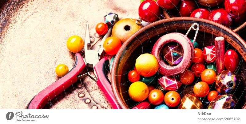 Herstellung von Bijouterie aus farbigen Perlen Wulst Dekoration & Verzierung Handwerk handgefertigt Accessoire Sicken Mode farbenfroh Design Hobby Kunst Stil