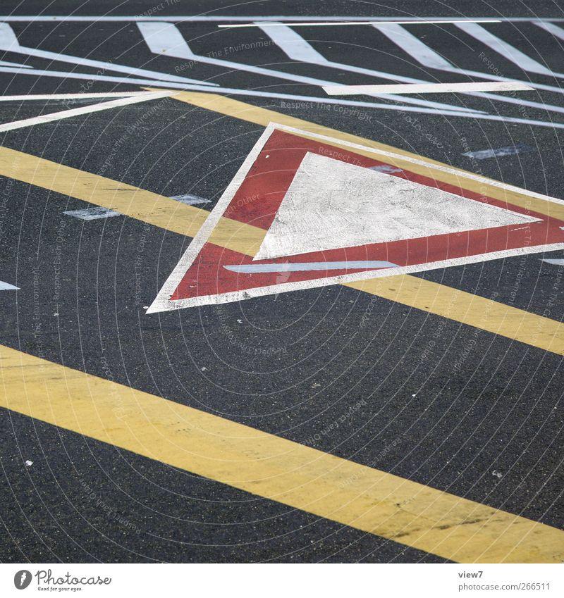 mark:: Mauer Wand Verkehr Verkehrswege Straße Straßenkreuzung Wege & Pfade Stein Beton Schilder & Markierungen Hinweisschild Warnschild Verkehrszeichen Linie
