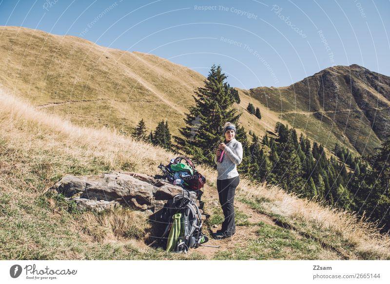 Junge Wanderin macht Pause auf dem Weg zum Hirzer Freizeit & Hobby Ferien & Urlaub & Reisen wandern Klettern Bergsteigen Junge Frau Jugendliche 30-45 Jahre