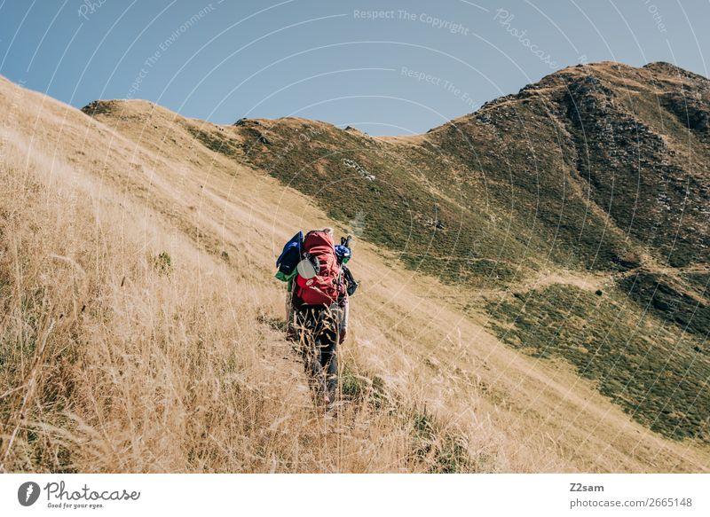 Junge Frau auf dem Fernwanderweg E5 Freizeit & Hobby Ferien & Urlaub & Reisen wandern Jugendliche Natur Landschaft Wolkenloser Himmel Schönes Wetter Alpen