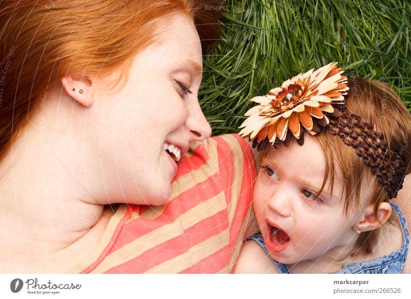 Kind grün Freude Mädchen Erwachsene Gras Glück Mutter Familie & Verwandtschaft Lächeln Kleinkind rothaarig Tochter Eltern