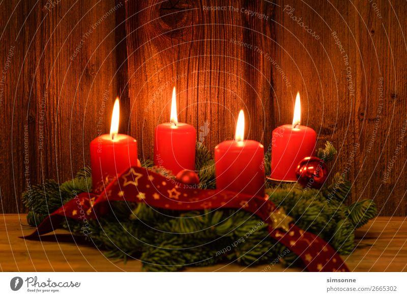 Weihnachten Adventskranz mit 4 brennenden Kerzen auf altem Holz Dekoration & Verzierung Weihnachten & Advent Fahne weich rot Stimmung Romantik Weihnachtskranz