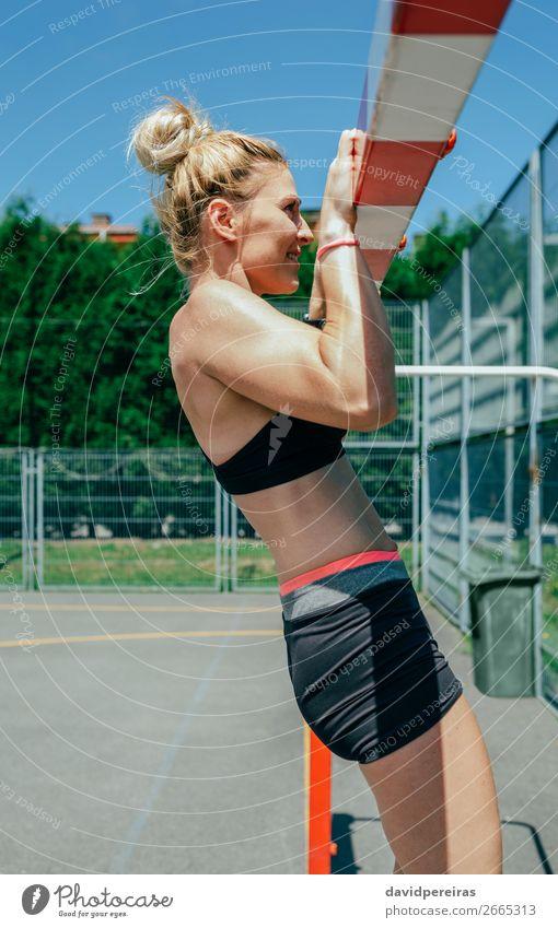 Athletinnen, die Pull-ups in einem Tor machen. Lifestyle schön Körper Sommer Sport Mensch Frau Erwachsene blond Fitness sportlich authentisch dünn stark Kraft